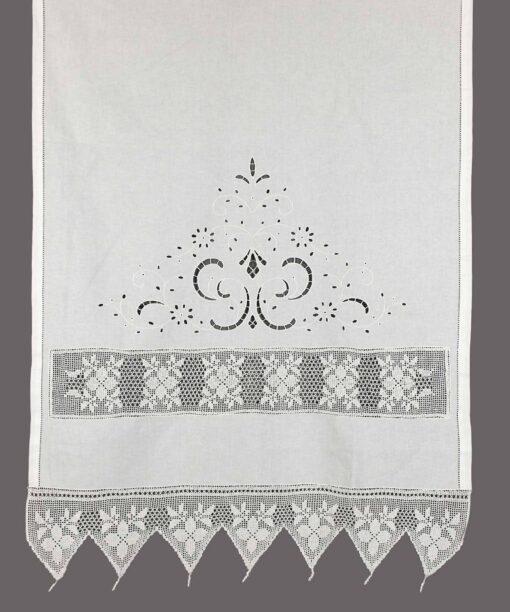 Традиционный занавес с разрезной вышивкой, атрадой и кружевом