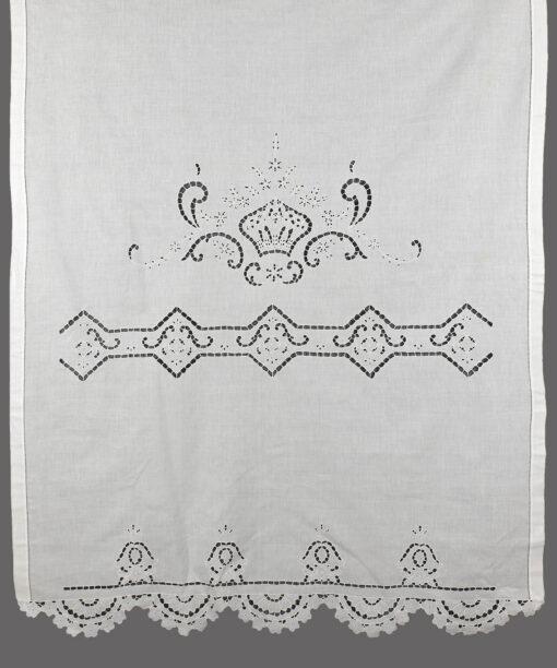 Traditionell handgjord gardin med klippt broderi