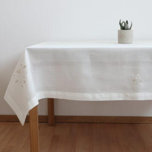 機械刺繍のリネンテーブルクロス