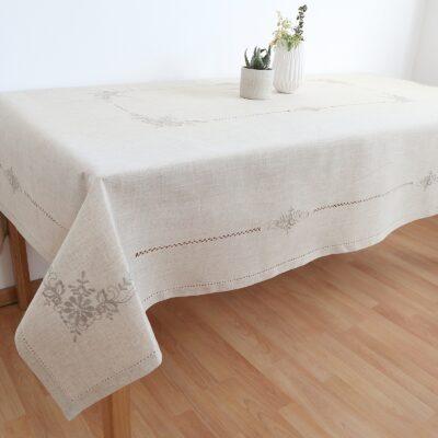 Linneduk med maskinbroderi och handgjord azur