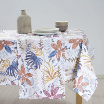 綿のテーブルクロスとプリント模様の装飾品