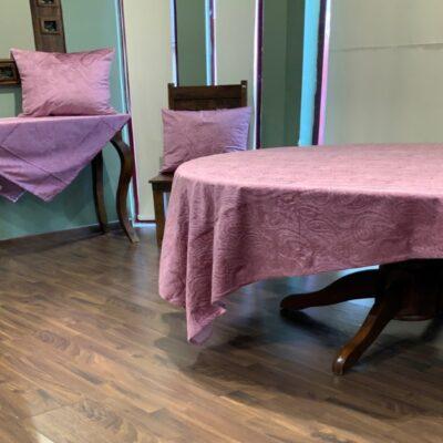 Lila sammet bordsduk med Jacquard design
