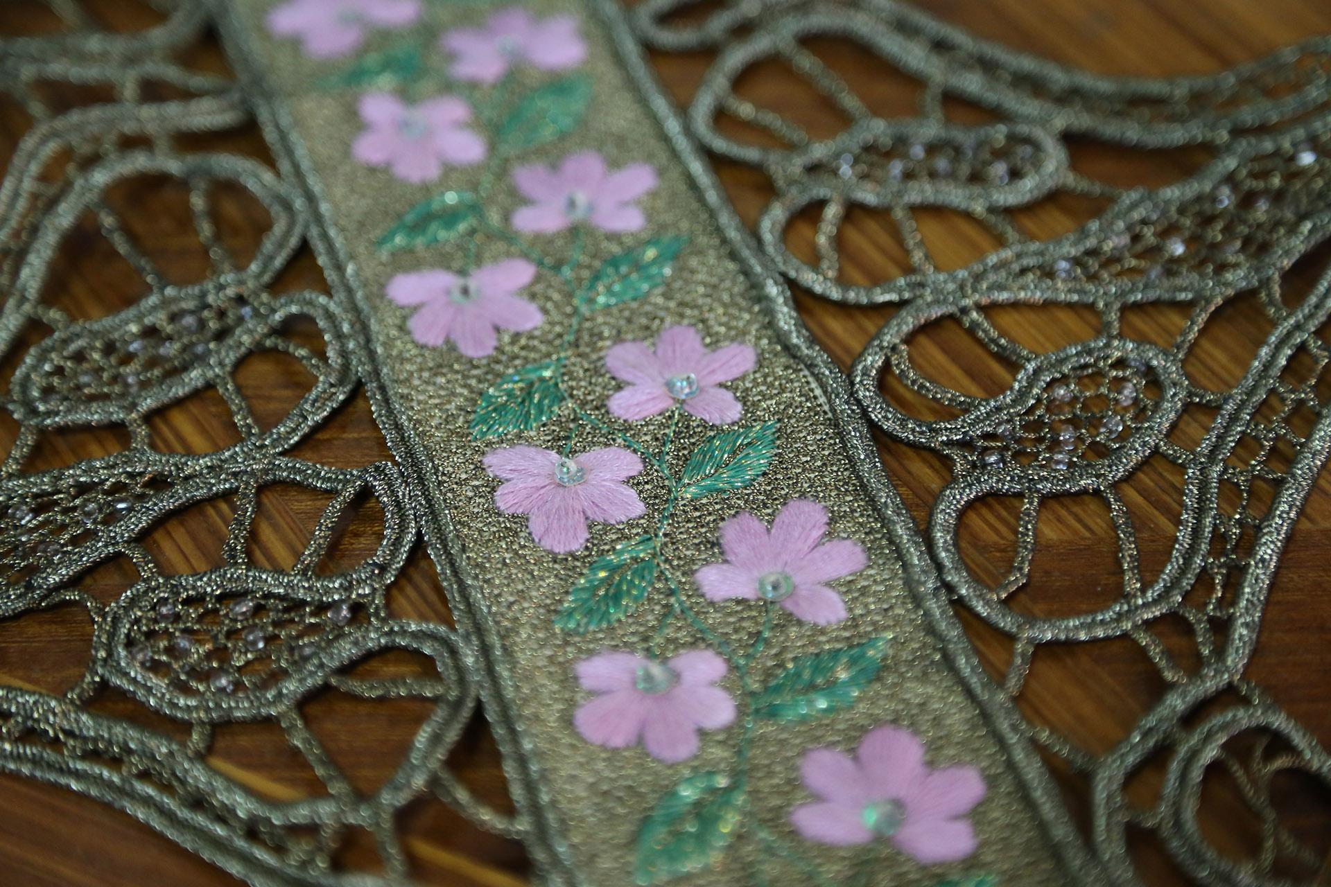 Τραβέρσα Λασέ Χειρός - Σταυροβελονιά με Χρυσοκλωστή και Ροζ Λουλούδια